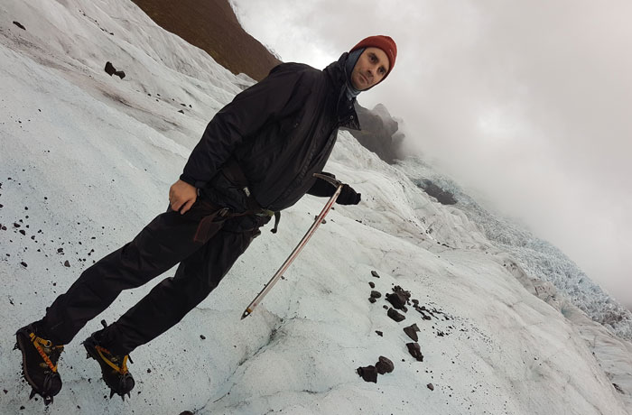 Pablo pisando sobre el glaciar