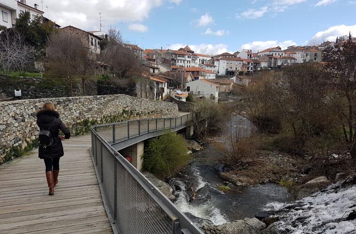 Pasarela junto al río Fervença qué ver en Braganza