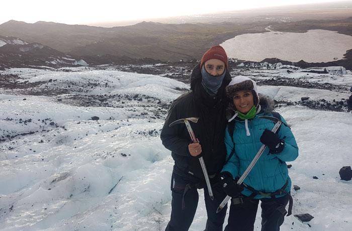 Posado en el glaciar con la laguna al fondo