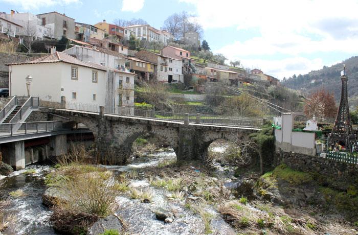 Puente sobre el río Fervença qué ver en Braganza