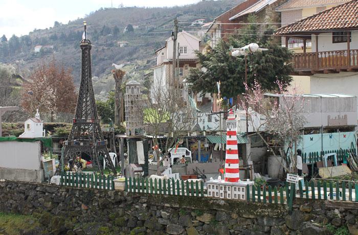 Réplicas de monumentos de Europa en un huerto qué ver en Braganza