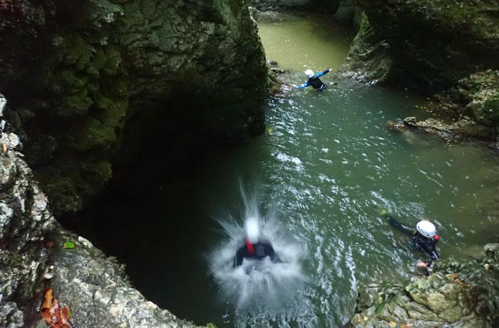 Momento de caer al agua en una de las pozas del recorrido barranquismo en Bled