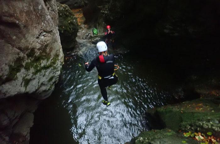Salto a una de las pozas barranquismo en Bled