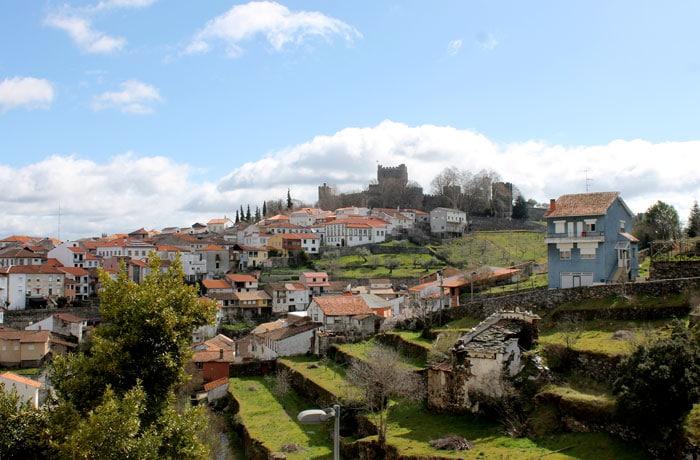 Vista de Braganza desde la ribera del río Fervença