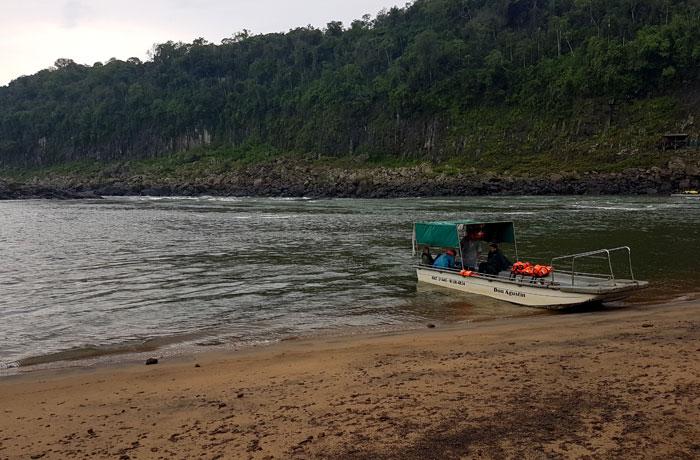 Barco que comunica con la isla de San Martín Cataratas del Iguazú