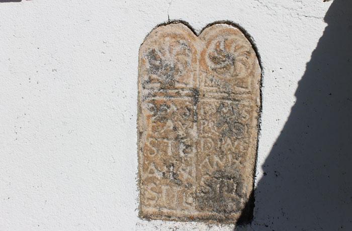 Estela funeraria romana en la casa del ermitaño Arribes del Duero senderismo