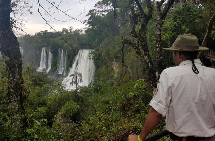 Un guarda forestal, ante los saltos Bossetti y Adán y Eva Cataratas del Iguazú