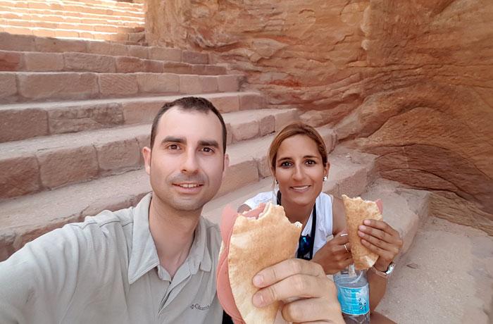 Reponiendo fuerzas. Imprescindible llevarse la comida que ver en Petra