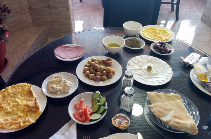 Desayuno del Peace Way Hotel que ver en Petra
