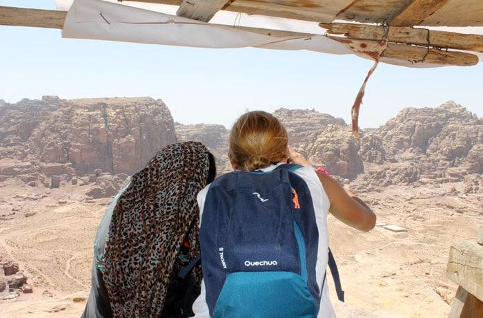 Junto a una beduina en su particular mirador que ver en Petra