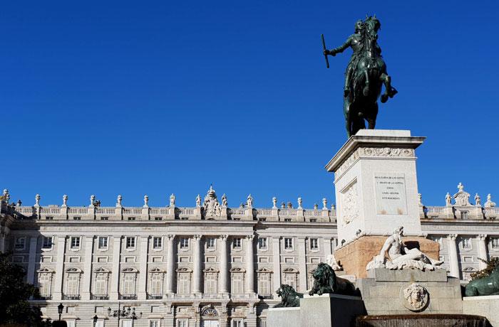 Monumento a Felipe IV ante el Palacio Real de Madrid