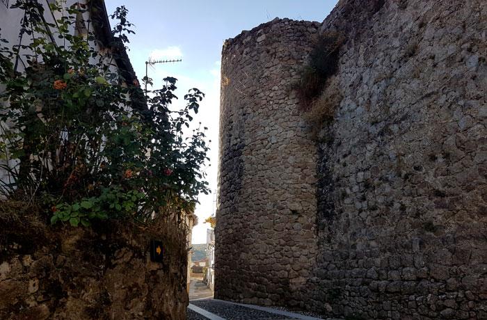 Restos de las murallas que siguen en pie en Montemayor del Río