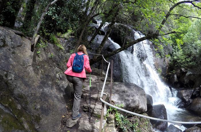 Subiendo por los escalones de la ruta de Las Nogaledas