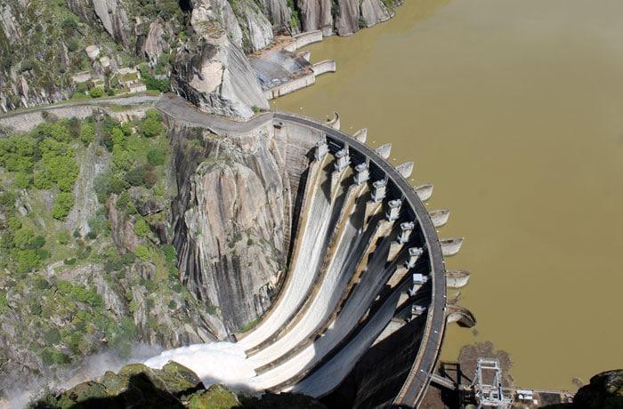 Vista de la presa de Aldeadávila desembalsando