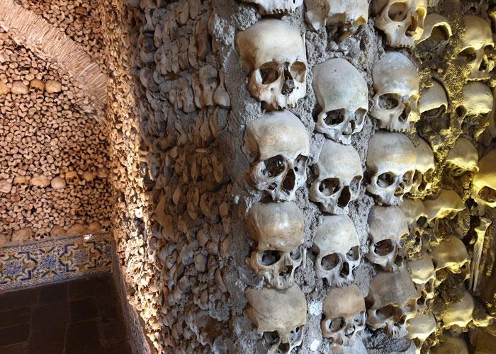 Calaveras en la Capilla de los Huesos qué ver en Évora