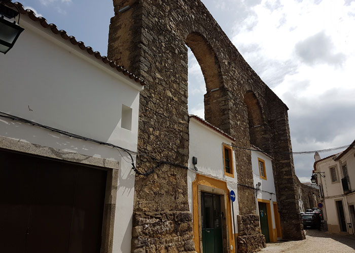 Casas adosadas a los arcos del acueducto qué ver en Évora
