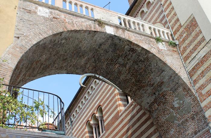 Costilla de ballena colgando del arco della Costa qué ver en Verona