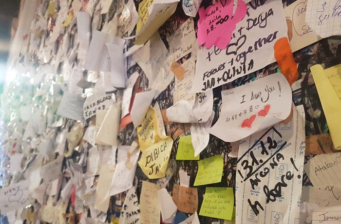 Mensajes en la entrada de la casa de Julieta