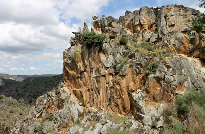 La mole rocosa que contemplamos desde el mirador del Fraile y la Monja