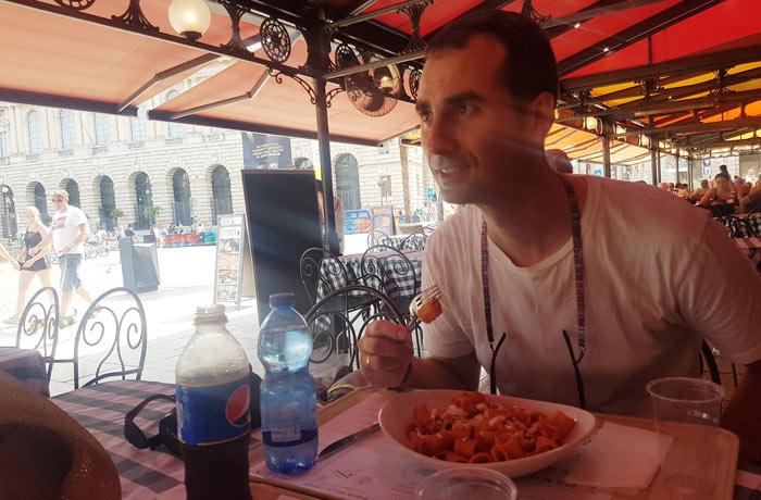 Comiendo pasta en la piazza Bra