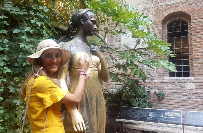 Tocando uno de los pechos de Julieta