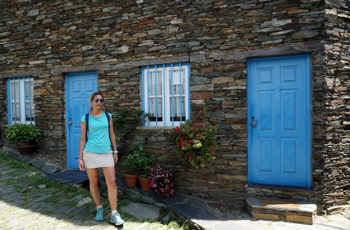 Puertas azules típicas de Piodao Portugal