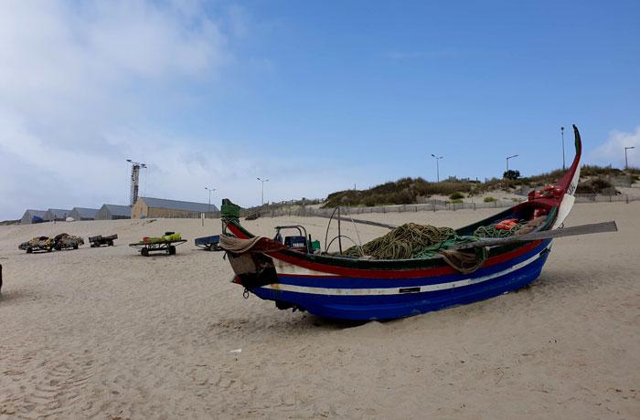 Un de los barcos que se usan en la técnica de la xávega, en la playa de Mira