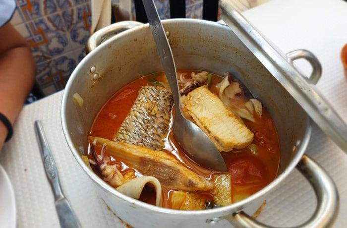 Caldeirada de pescado en el restaurante Lila de playa de Mira