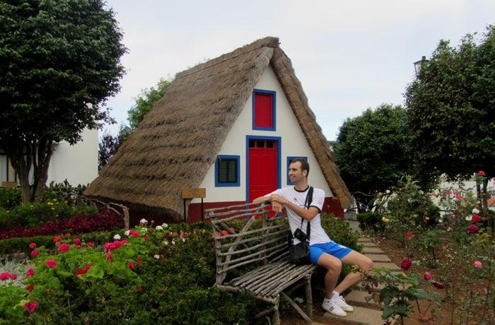 Ante una de las casas típicas de Santana que hacer en Madeira