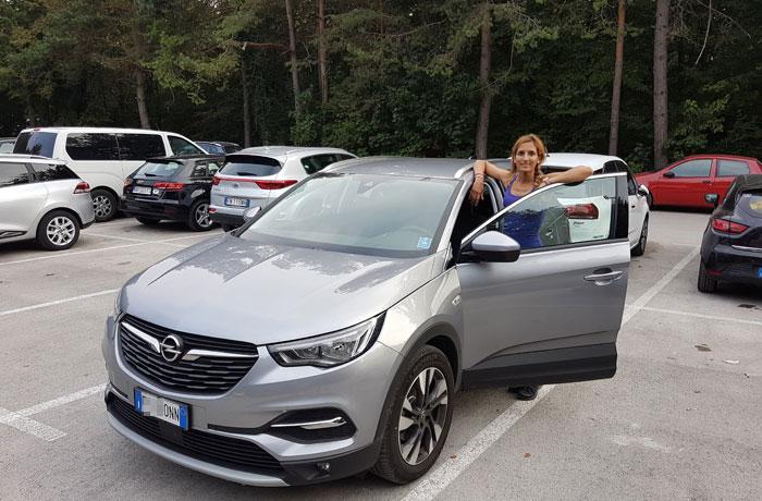 Nuestro coche de alquiler en el aparcamiento de los lagos de Plitvice