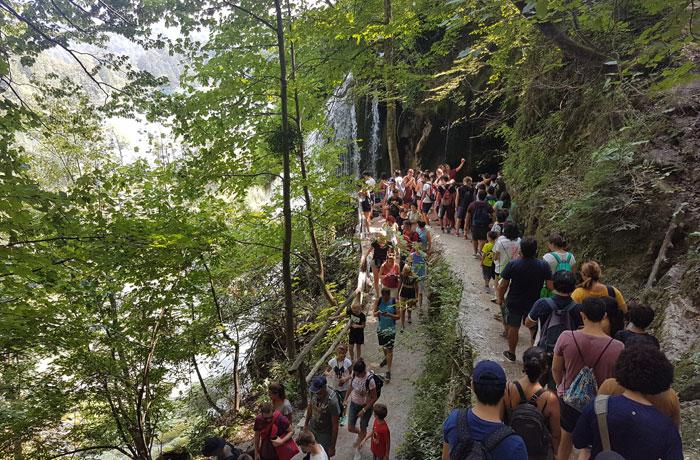 Hordas de turistas en los lagos de Plitvice en agosto