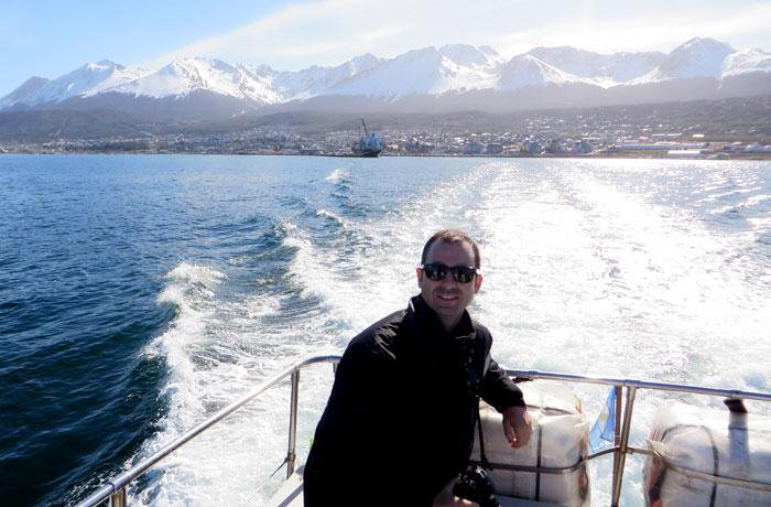 Navegando por el canal Beagle con Ushuaia al fondo