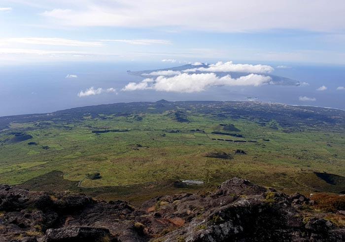 Panorámica de la isla y con Faial al fondo durante la bajada