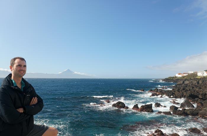 Costa de Calheta con la Montaña de Pico al fondo