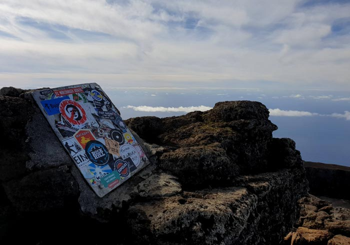 Pegatinas colocadas por algunos de los que han logrado subir a la Montaña de Pico