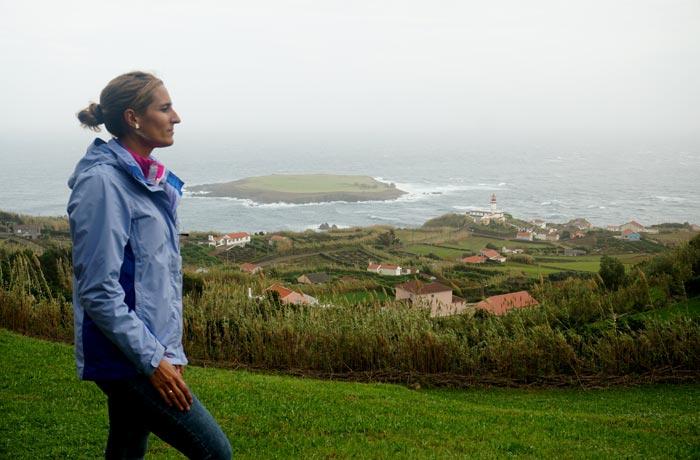 Vista del faro de Ponta do Topo y su isla Sao Jorge Azores