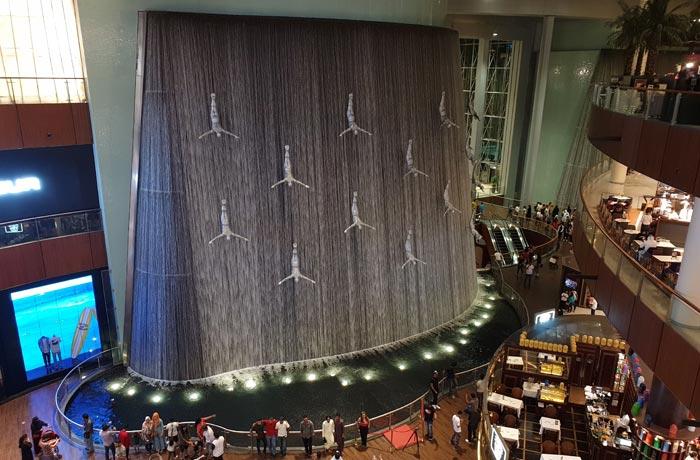 Fuente cascada en el interior del Dubai Mall