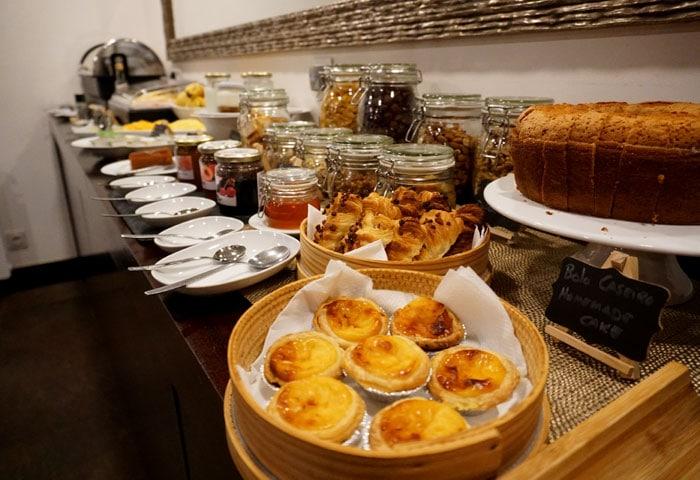 Repostería casera en el desayuno de Cerca Design House qué ver en Fundão