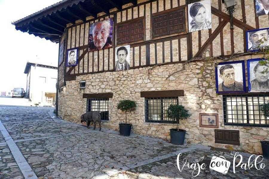 Retratos de Florencio Maíllo en una casa de Mogarraz y el marrano de San Antón pueblos más bonitos de Salamanca