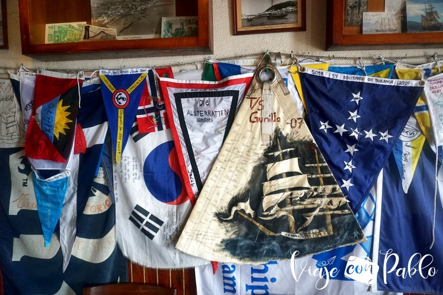 Algunos de los pañuelos y banderines que decoran las paredes del Peter Café Sport