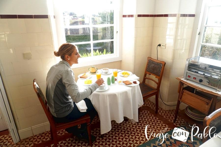 Tomando el desayuno en la Quinta das Bunganvílias