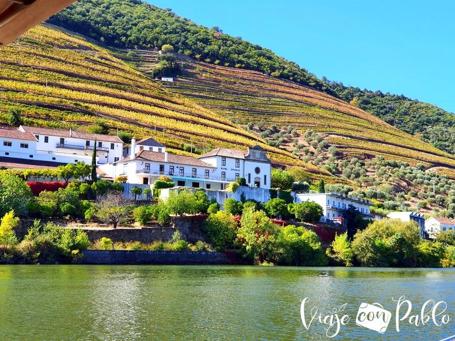 Vista de una de las bodegas del Douro desde el rabelo